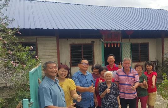 拿督黄冠文(左三)与村委会执委及区会领导巡视首相署维修贫困房屋计划下其中一户受惠家庭,中为受惠者方娣。