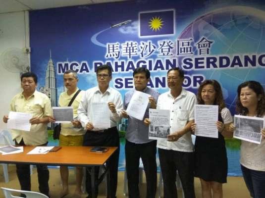 拿督廖润强(左4)谴责欧阳捍华完全推卸责任给警方。左3起为郑东和、邓金来。