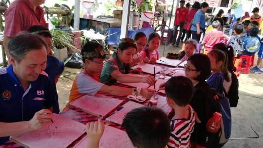 BQ 陳松霖(右)和學生們一起學習Batik繪畫