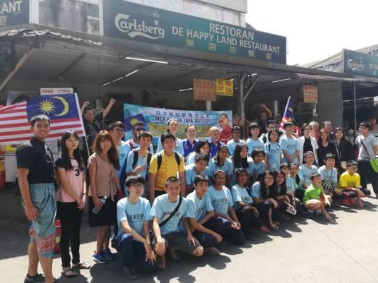 BQ 义工们在进行社区活动前在乐园茶餐室前留影。