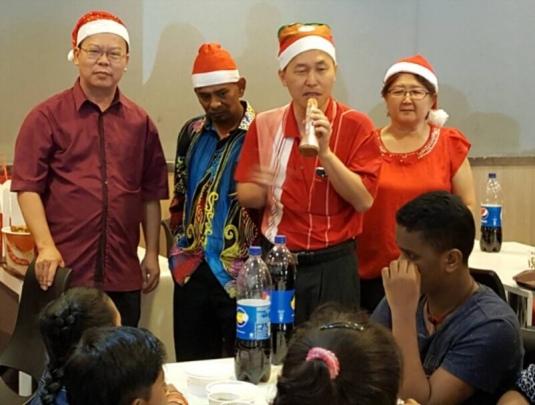 BQ 孩童(坐右)有感於陳松霖的關懷而落淚。右起:張月華,陳松霖,Marriapan 和顏明富。