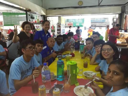 BQ 陈松霖(站右)招待东合团义工吃午餐,站左是乐圆茶餐室老板娘。