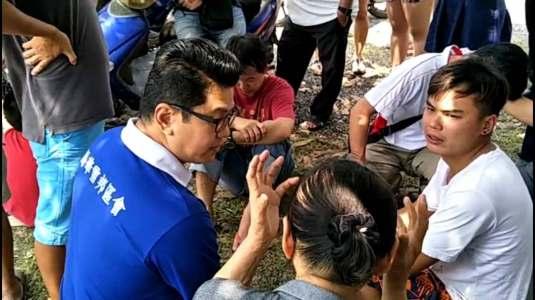 拿督黄祚信(左1)到事发现场慰问丹绒士拔惨案的受害者家属。