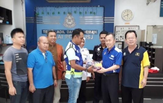 陈松霖(右2)移交国和州旗给 IP Jasni(左4)。由Datuk Dr. Razak (左3)见证。右是颜明富。.jpg