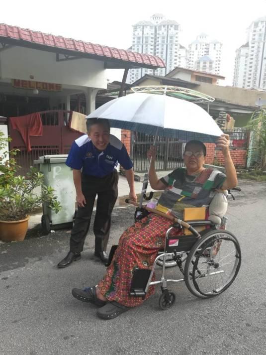 陈松霖向残缺人士了解她的困境。